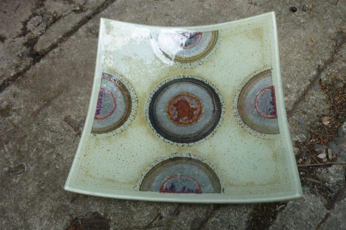 Plat couleur crème- demi-cercles avec inclusion d'aluminium et cuivre