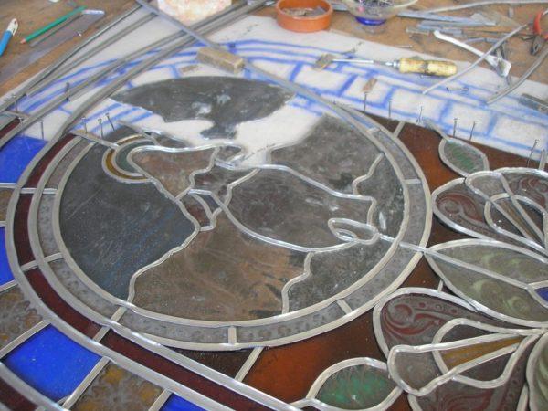 montage au plomb d'un vitrail figuratif