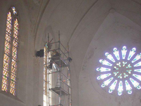 pose des vitraux d'une baie de l'église de Cerbère