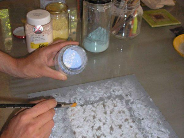 pose d'émail sur du verre avant fusion
