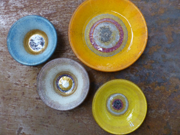série de plats ronds colorés