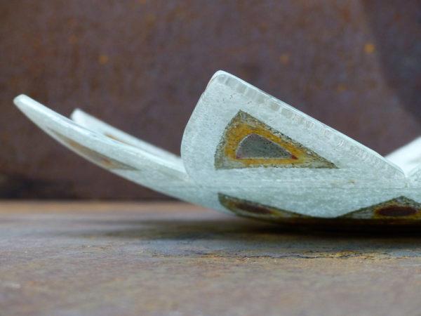 détail d'un plat en forme de fleur