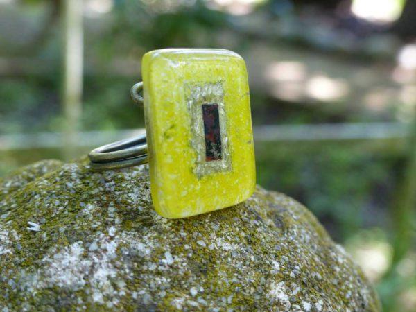 bague en verre posée sur pierre