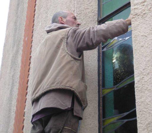 pose d'un vitrail restauré pour l'église de Saint-estève (66)